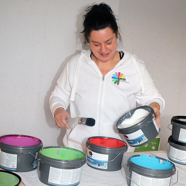 Sonja beim Farben mixen